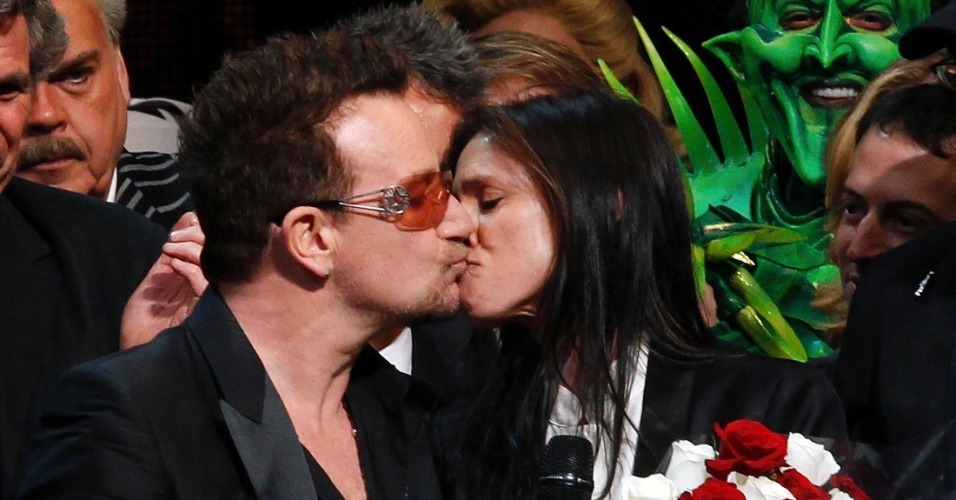 "Bono Vox dá selinho na diretora Julie Taymor no final da apresentação do musical ""Spider-Man: Turn Off The Dark"" no teatro Foxwoods Theatre, em Nova York (15/6/2011)"