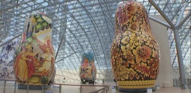 Mostra com bonecas matrioshkas que têm entre seis e treze metros de altura - BBC/Reprodução