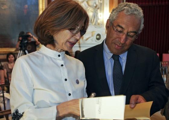 Pilar del Rio, viúva de José Saramago, conversa com presidente da Câmara da Lisboa Antônio Costa durante apresentação de livros de Saramago (17/6/2011) - EFE/MIGUEL A. LOPES