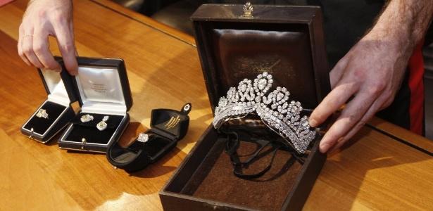 Policial mostra joias de Eva Perón recuperadas, avaliadas em seis milhões de euros (22/6/2011); joias foram roubadas na Espanha em 2009 - Antonio Callani /AP