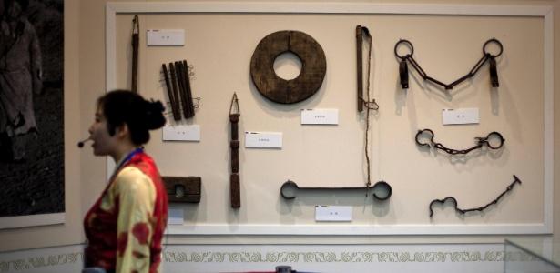 Guia mostra objetos de tortura em exposição que celebra os 60 anos da entrada da China no Tibete (28/06/2011) - AP