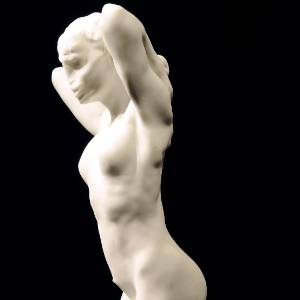 """Uma das esculturas de Rodin """"La faunesse à genoux"""" (A Fauna Ajoelhada) exposta no Drouot-Montaigne na França (4/7/2011) - AFP PHOTO / BERTRAND GUAY"""