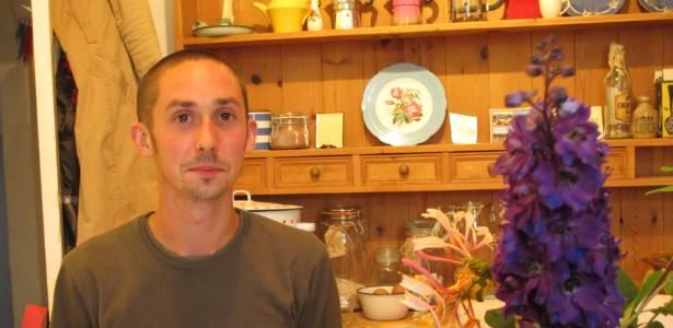 """Inspirado pelo provérbio que ouvia de seu pai durante a infância, o jardineiro Luke Seall criou o """"""""Project 1p"""""""" para ver até onde consegue trocar uma moeda. - Divulgação"""