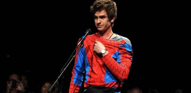 Andrew Garfield surge vestido como Homem-Aranha entre o público na Comic-Con (22/7/2011) - Getty Images
