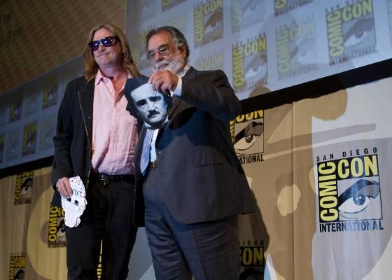 O diretor Francis Ford Coppola segura uma máscara com a imagem do escrito Edgar Allen Poe, ao lado do ator Val Kilmer, durante conferência da Comic Con 2011, em San Diego (23/07/2011) - AP/Gregory Bull