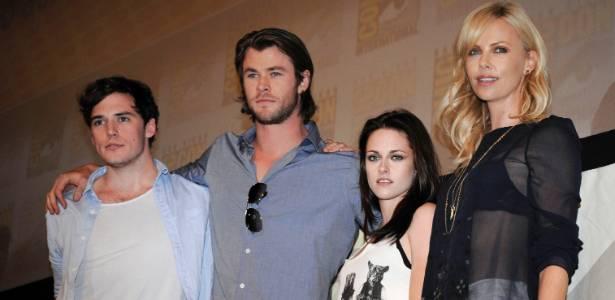 Os atores (a partir da esquerda) Sam Claflin, Chris Hemsworth, Kristen Stewart e Charlize Theron participam da Comic Con 2011 (23/07/2011) - AP/Denis Poroy