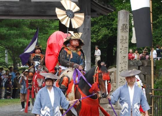 Residentes vestem armadura do guerreiro Samurai no desfile em cavalos após a cerimônia de lançamento do festival Soma-Nomaoi em Soma, Fukushima (23/07/2011) - AFP