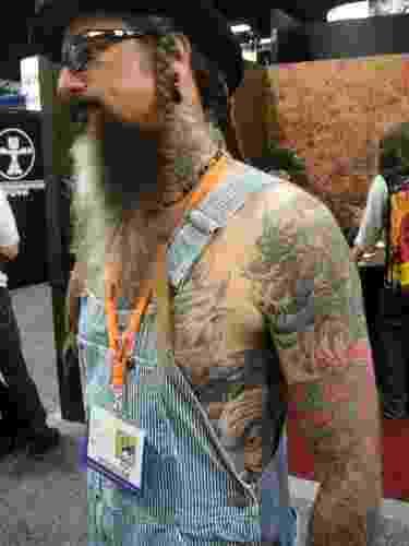 Barney Firks, baixista da The Taz Taylor Band e Burning Hands, de San Diego, conta que suas tatuagens são de diversos estilos e influências, e que há muita coisa que tem a ver com mitologia (22/7/2011)  - undefined