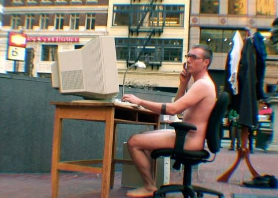 "O artista Zefrey Throwell encarna profissional nu, na rua, na performance ""Ocularpation"" - Reprodução/www.zefrey.com"