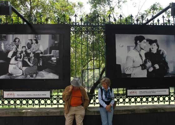Casal aguarda em frente a praça com imagens de cenas do ator Cantinflas (25/7/2011) - EFE/Shenka Gutiérrez