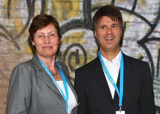 Os políticos Junge-Reyer e Harald Kruger participam da abertura do BMW Guggenheim Lab em Nova York (2/8/2011) - Neilson Barnard/Getty Images/AFP
