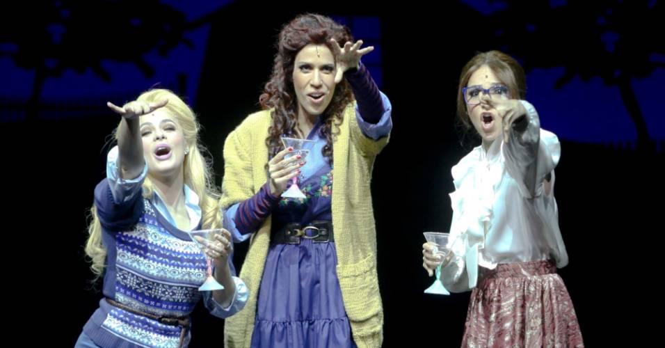 """Atrizes em cena do musical """"As Bruxas de Eastwick"""" em São Paulo (10/8/2011); ao centro, Maria Clara Gueiros"""