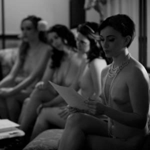 """Projeto """"Naked Girls Reading"""" reúne garotas nuas para leitura de clássicos em Nova York - Divulgação/NakedGirlsReading.com"""