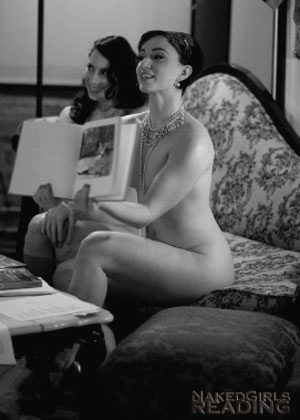 """""""Garotas que leem nuas"""" fazem apresentações em Nova York e na Europa - Reprodução"""