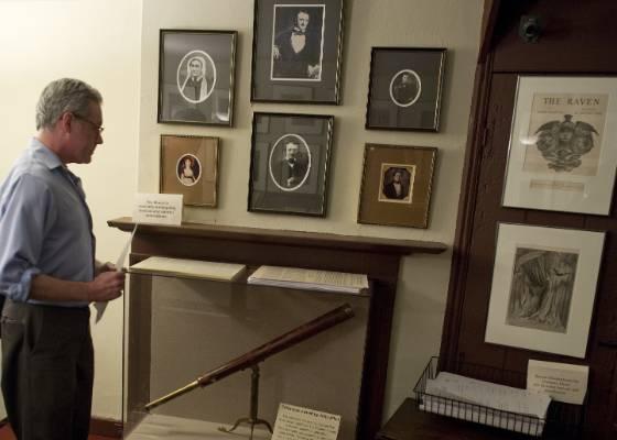Visitante observa objetos de Edgar Allan Poe na casa em que o poeta viveu e pode ser fechada  - AFP PHOTO / Saul LOEB