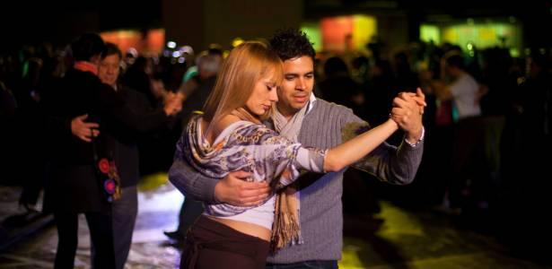 Casal dança em Festival de Tango na Argentina (16/8/2011) - AP Photo/Victor R. Caivano