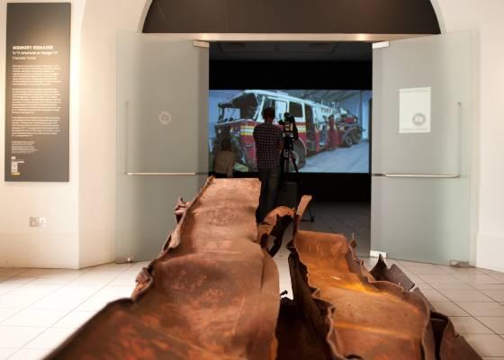 """Pedaço de viga de aço do The World Trade Center faz parte de exposição """"Memory Remains: 9/11 Artifacts at Hangar 17"""" em Nova York (25/8/2011) - AFP PHOTO / Ki Price"""
