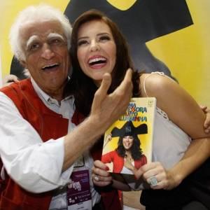 """O escritor Ziraldo e atriz Paola Oliveira autografam a nova edição do livro """"Uma Professora Muito Maluquinha"""", na Bienal do Livro, no Rio de Janeiro (7/9/11)"""