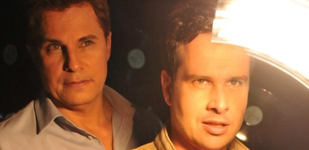 """Edson Celulari e Pedro Garcia Netto em cena do espetáculo """"Nem Um Dia Se Passa Sem Notícias Suas"""" (setembro/2011) - Divulgação"""