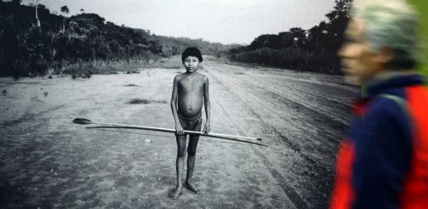 Homem observa fotografia de Milton Guran em exposição na Cidade do México (09/09/2011) - EFE
