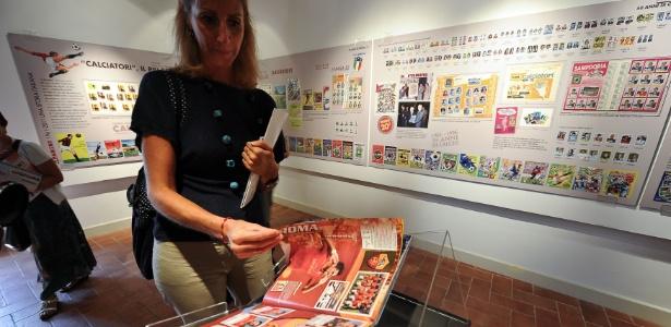 Mulher vê álbum de futebol das figurinhas Panini em Roma (13/9/2011) - AFP