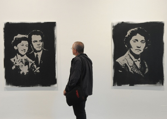 """Quadros da exposição do artista tcheco Tyc, """"Grave Robber"""", que tem quadros feitos com cinzas humanas - AFP PHOTO / MICHAL CIZEK"""