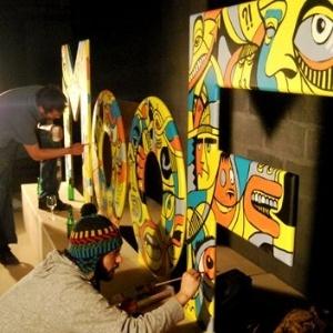 Artistas fazem placa do museu na Bélgica (27/9/2011) - Reprodução/Facebook