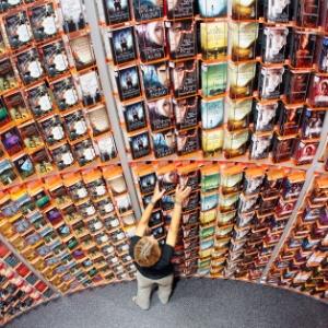 Mulher organiza livros em Feira do Livro de Frankfurt, na Alemanha (11/10/2011) - AP
