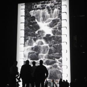 Público observa exibição do poema filmado da artista Tacita Dean no Tate Modern, em Londres (11/10/2011) - Reuters