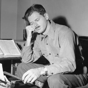 O jornalista, radialista e roteirista Norman Corwin trabalha em um roteiro em Nova York (24/04/1944) - AP