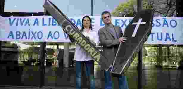 """Dois caixões de papelão e uma faixa que diz """"Viva a liberdade de expressão, abaixo ao vazio intelectual"""" foram levados à Bienal de São Paulo por um grupo de artistas mobilizados pelo artista Antonio Peticov e sua mulher, Cintia Oliveira na Bienal de 2008 - Roberto Setton/UOL"""