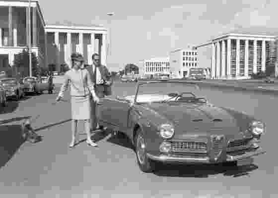 A atriz Audrey Hepburn e seu marido Mel Ferrer em uma das fotos que estão expostas em Roma  - EFE