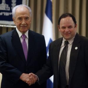 "O presidente israelense Shimon Peres encontra Jason Alexander, o ""George Costanza"" do seriado ""Seinfeld"" (25/10/2011) - EFE"