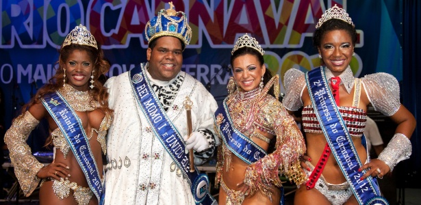 A Rainha Cristiane de Souza Alves, o Rei Momo Milton Júnior e as Princesas Leticia Martins Guimarães e Suzan Maria Souza Gonçalves posam para foto na Cidade do Samba, no Rio (28/10/2011) - Divulgação