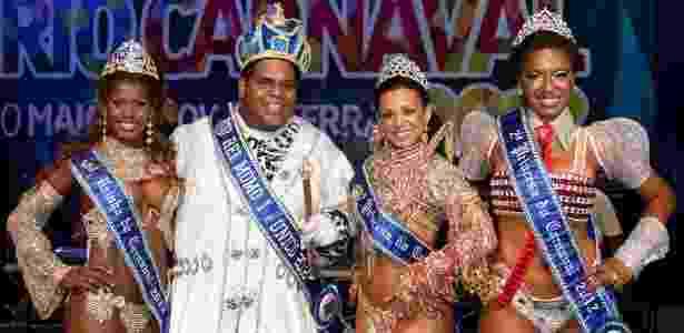 A Rainha Cristiane de Souza Alves, o Rei Momo Milton Júnior e as Princesas Leticia Martins Guimarães e Suzan Maria Souza Gonçalves posam para foto na Cidade do Samba, no Rio (28/10/2011) - Divulgação