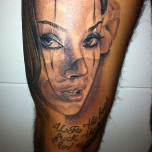 Marido tatua o rosto de Dani Bolina na coxa