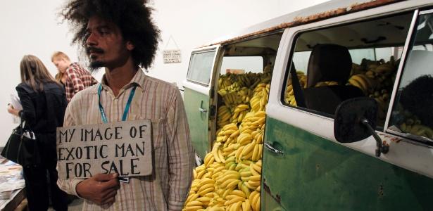 Imagem da instalação do artista brasileiro Paulo Nazareth exposta na vernissage da Art Basel, em Miami (30/11/2011) - AP Photo/ Lynne Sladky