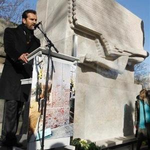 """O ator Rupert Everett """"inaugura"""" novo túmulo de Oscar Wilde, na França (30/11/2011) - AP Photo/Christophe Ena"""