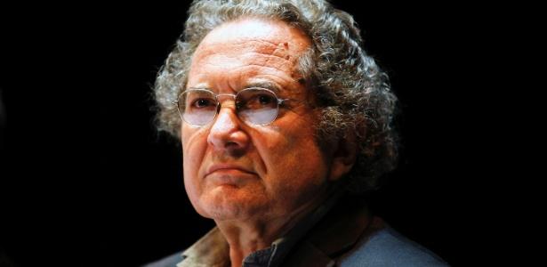 """O escritor argentino Ricardo Piglia participa de evento onde recebe o prêmio Rumulo Gallegos pelo livro """"Blanco Nocturno"""" em Caracas (2/8/2011) - REUTERS/Jorge Silva"""