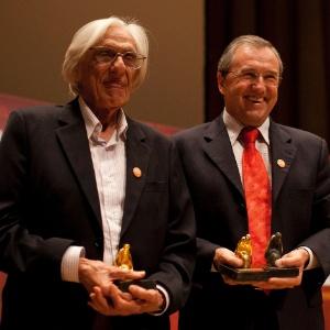 Ferreira Gullar e Laurentino Gomes posam para foto depois de ganharem Prêmio Jabuti 2011 de Livro do Ano