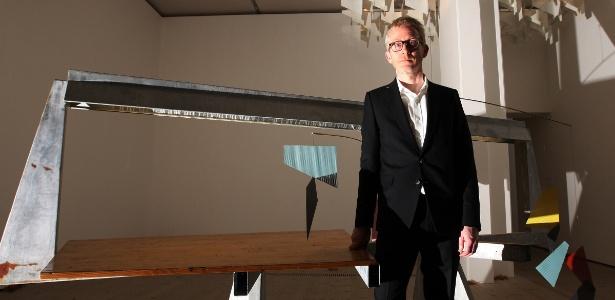 """Martin Boyce é fotografado após ser nomeado vencedor do Turner Prize 2011 em Gateshead, Inglaterra (5/11/11). A instalação vencedora foi """"Do Words Have Voices"""", atrás do artista  - AP Photo/Scott Heppell"""