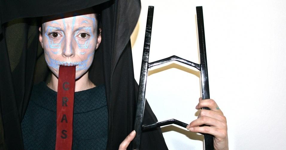 A modelo Marina Dias em performance dirigida por Stephan Doitschinoff, apresentada em 2010 e registrada no vídeo É Tudo Vaidade.