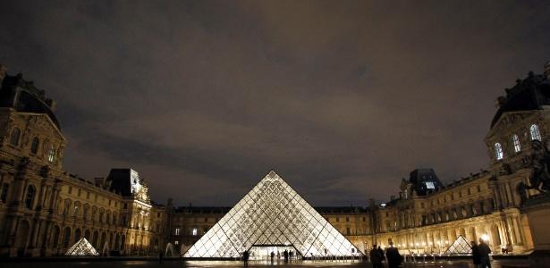 Nova decoração externa do museu do Louvre, em Paris (6/11/2011) - AP Photo/Christophe Ena