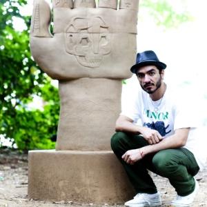 Stephan Doitschinoff em frente a uma escultura sua, no Parque Ibirapuera, em São Paulo - Vitor Pickersgill/Divulgação