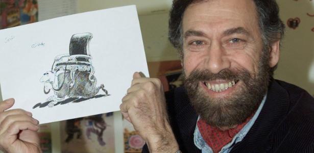 O cartunista sírio Ali Farzat posa com um de seus trabalhos durante workshop em Damascus, na Síria (31/1/2001) - REUTERS /Khaled al-Hariri