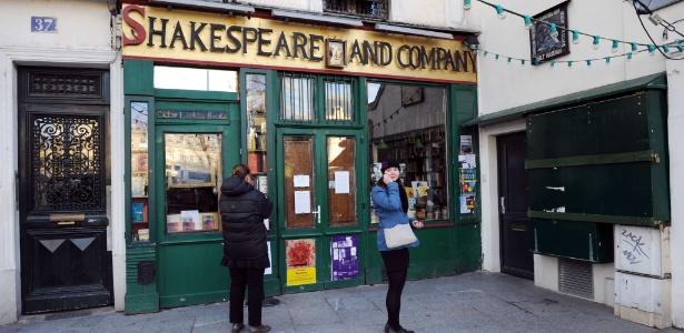 """Livraria """"Shakespeare and Company"""" especializada na literatura inglesa está de portas fechadas na França (14/12/2011). O dono da livraria, George Whitman morreu aos 98 anos - AFP PHOTO MIGUEL MEDINA"""