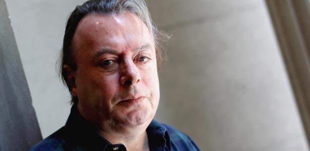 O escritor e jornalista britânico Christopher Hitchens posa para foto em junho de 2010 - Reuters