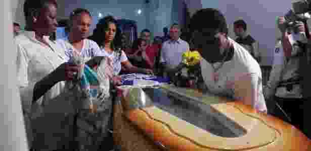 Neguinho da Beija-Flor (à dir.) e outros integrantes da escola de samba, no velório de Joãosinho - De Jesus/UOL