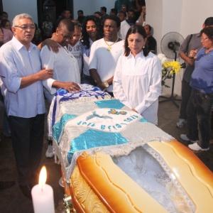 Roseana Sarney (à dir.), ao lado de Neguinho da Beija-Flor e integrantes da agremiação, no velório - De Jesus/UOL