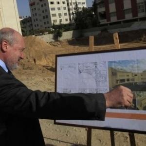 Fredéric Desagneaux, cônsul francês em Jerusalém mostra projeto do futuro Centro Cultural em Gaza - Mahmud Hams/AFP